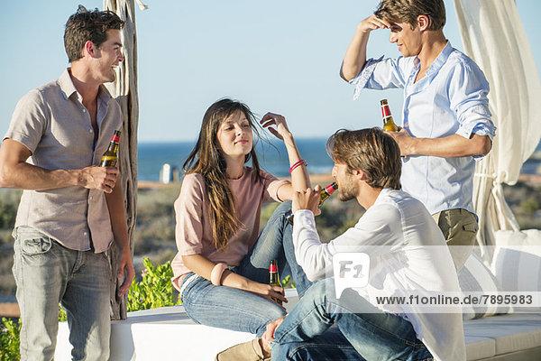 Eine Gruppe von Freunden genießt Bier im Urlaub im Freien