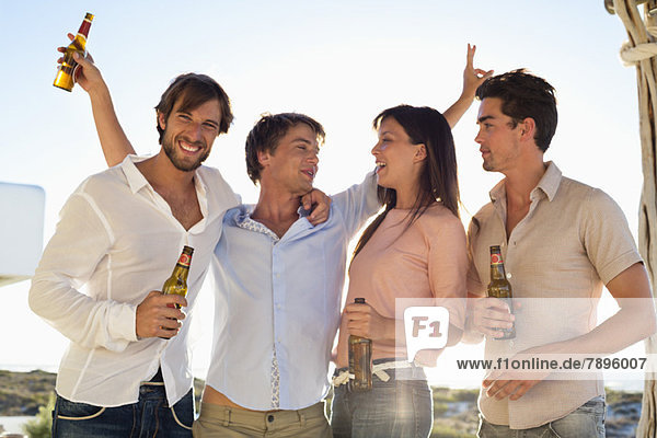 Vier Freunde trinken Bier