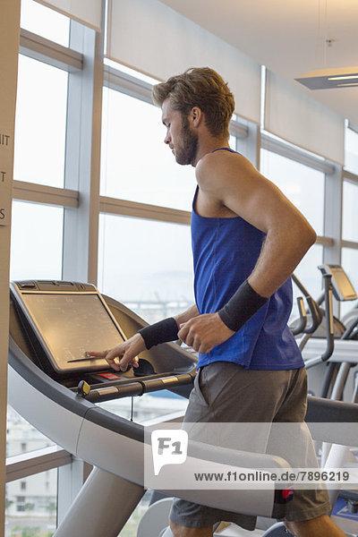 Mann läuft auf einem Laufband in einem Fitnessstudio
