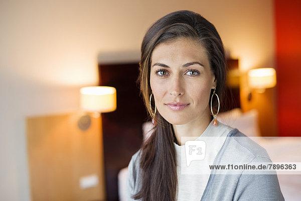 Porträt einer Frau im Hotelzimmer
