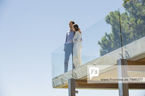 Paar steht zusammen auf einer Terrasse
