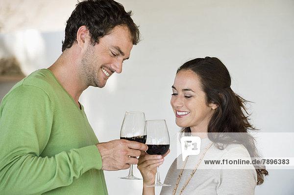 Paar Toast mit Weingläsern und Lächeln