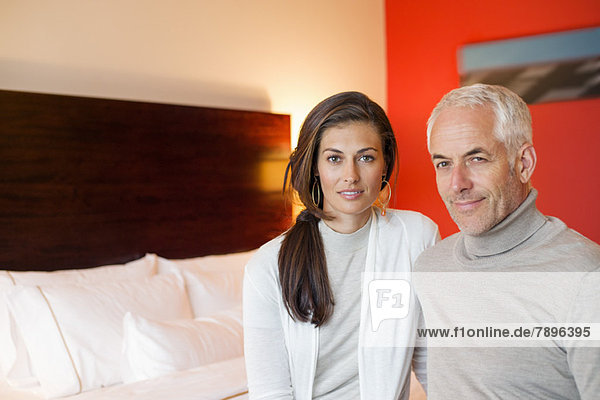Porträt eines Paares im Hotelzimmer