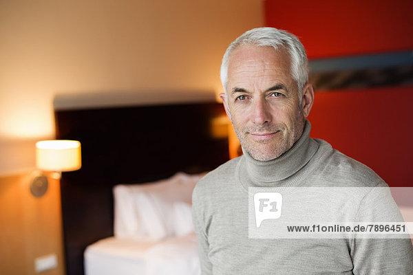 Porträt eines Mannes im Hotelzimmer