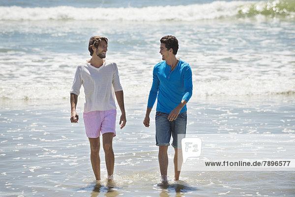 Zwei Männer genießen am Strand
