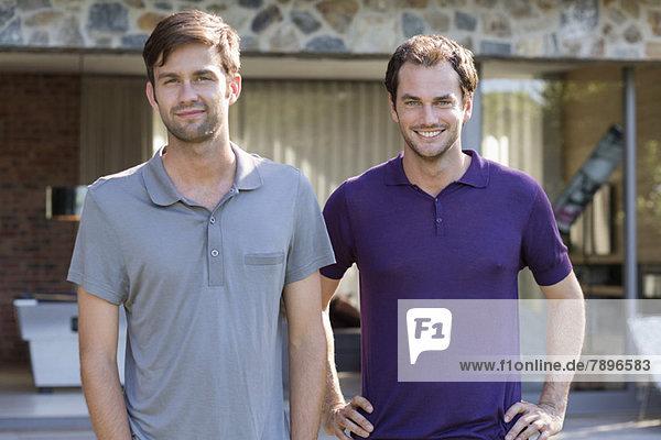 Porträt von zwei lächelnden männlichen Freunden