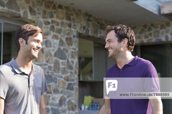 Zwei männliche Freunde lächeln