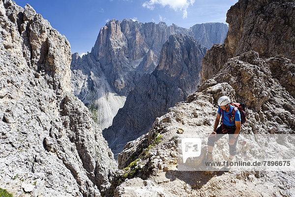 Bergsteiger beim Aufstieg zum Gipfel des Plattkofel über den Oskar Schuster Stieg  Klettersteig  hinten der Langkofel