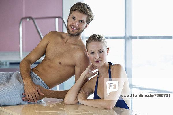 Lächelndes Paar am Pool
