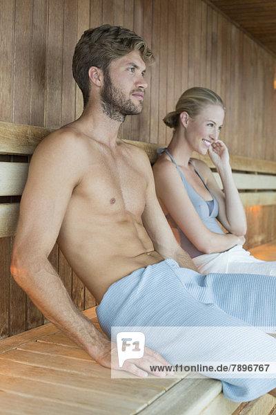 Paar Entspannung in der Sauna