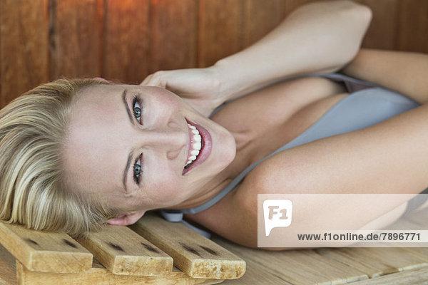 Porträt einer lächelnden Frau in der Sauna