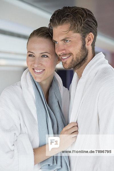 Nahaufnahme eines lächelnden Paares im Bademantel im Spa