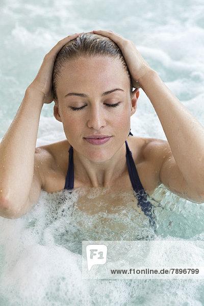Schöne Frau im Whirlpool