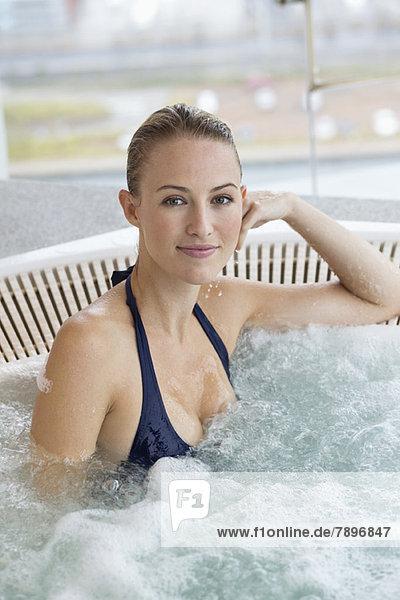 Porträt einer schönen Frau im Whirlpool