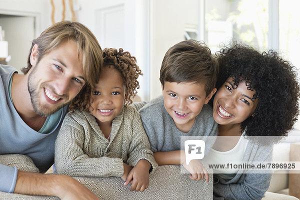 Porträt eines Paares  das mit seinen Kindern lächelt