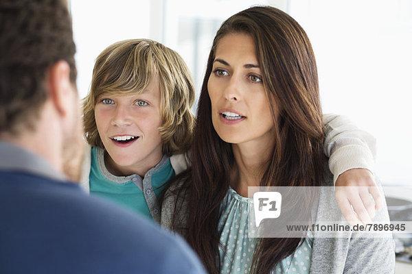 Junge mit seinen Eltern diskutiert zu Hause