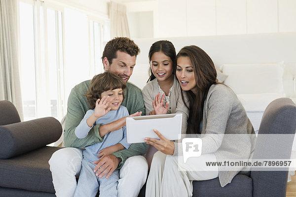 Familie betrachtet ein digitales Tablett