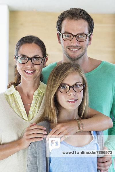 Porträt einer Familie mit Brille und Lächeln