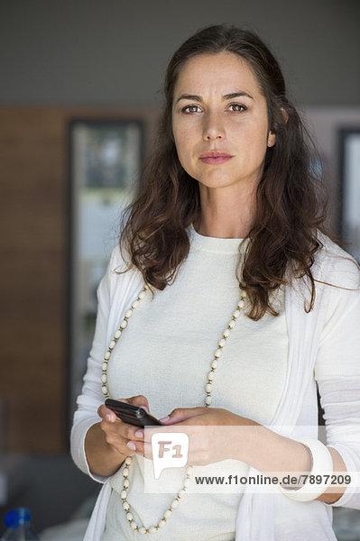 Porträt einer Frau mit dem Handy
