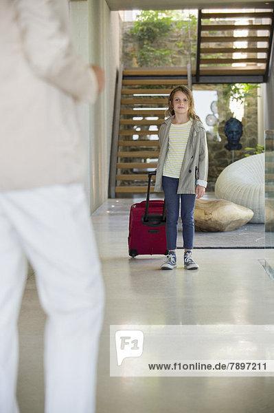 Frau begrüßt ihre Tochter  die aus dem Urlaub anreist