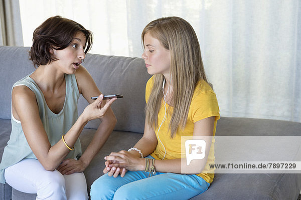 Frau im Gespräch mit ihrer Tochter