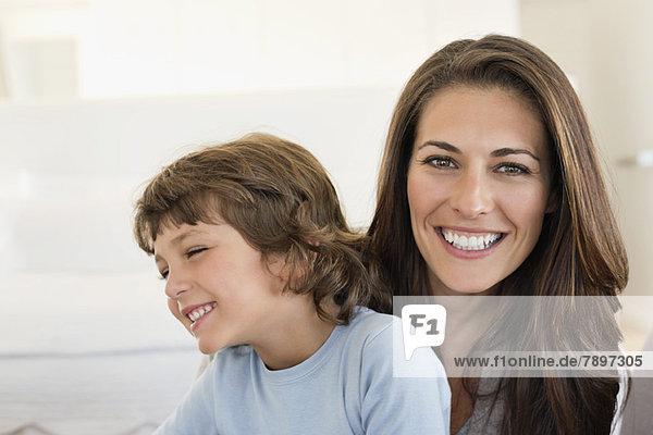 Porträt einer Frau und ihres Sohnes lächelnd