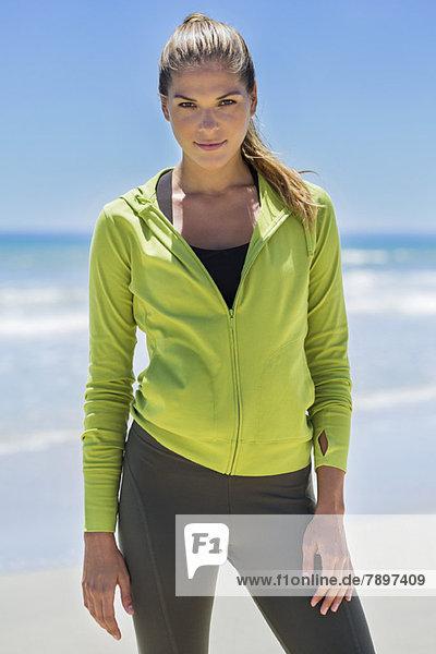 Porträt einer am Strand stehenden Frau