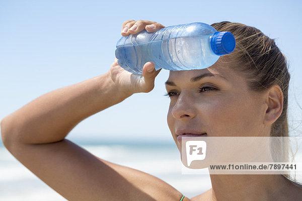 Nahaufnahme einer Frau mit einer Wasserflasche