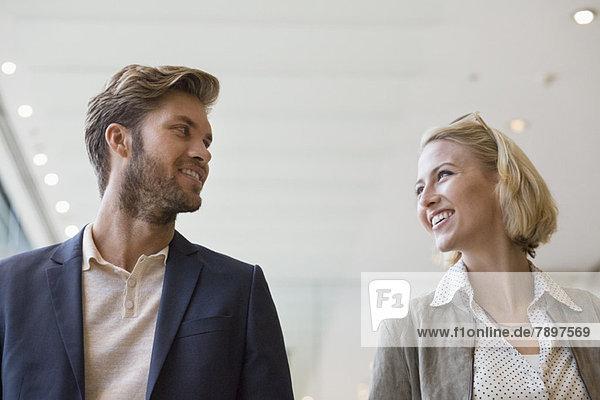Lächelndes Paar schaut sich an