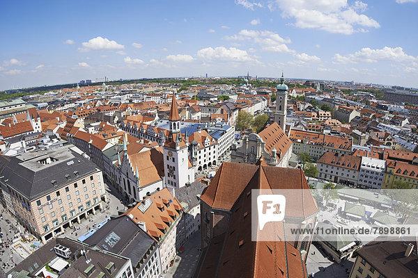 Altstadt München mit Kirchenschiff Sankt Peter  Heilig-Geist-Kirche und Altem Rathaus