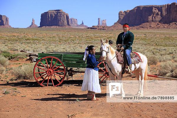 Navajo-Indianer  Mann und Frau mit Pferd vor Kutsche