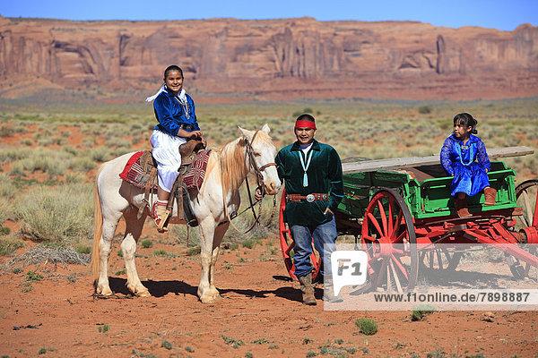 Navajo-Indianer  Familie mit Pferd und Kutsche