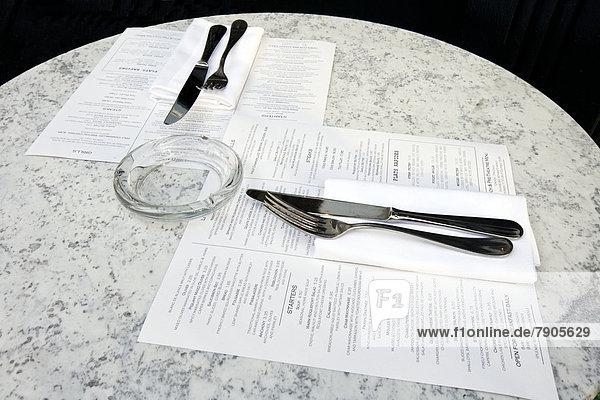 Café Tisch mit Besteck und Menüs