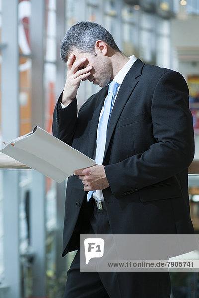 Mann  lesen  Business