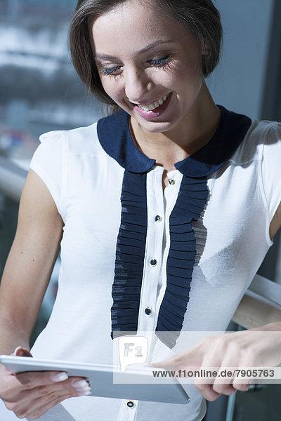 Geschäftsfrau  lächeln  vorlesen