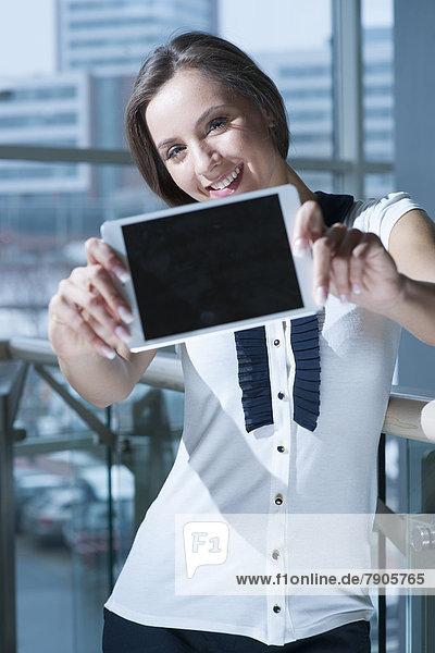 hoch  oben  Geschäftsfrau  halten  Gerät