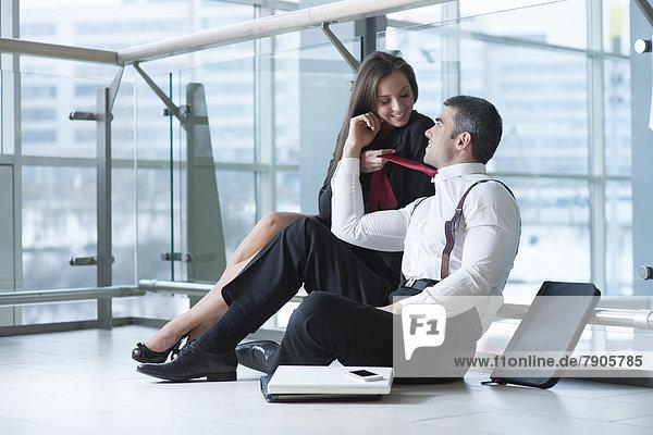 Geschäftsfrau  ziehen  Krawatte  Kollege