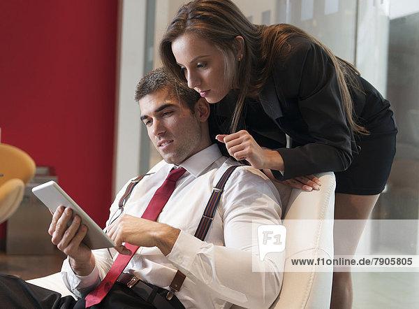 Geschäftsfrau  sehen  zeigen  über  Tablet PC  Kollege