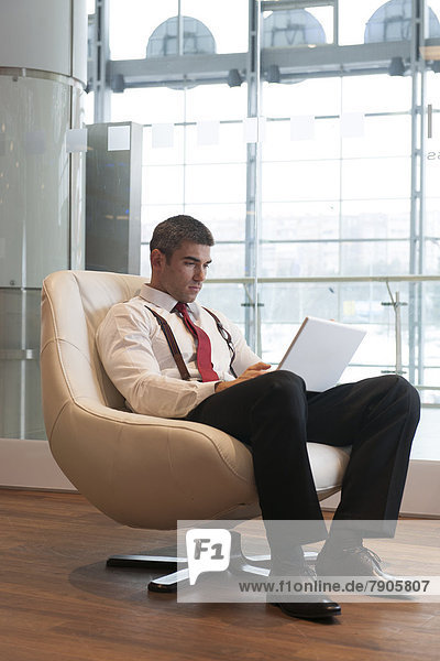 Notebook  Geschäftsmann  Stuhl  arbeiten
