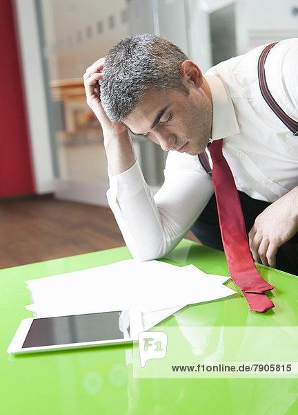 fallen  fallend  fällt  Geschäftsmann  schlafen  Dokument  multitasking  vorlesen