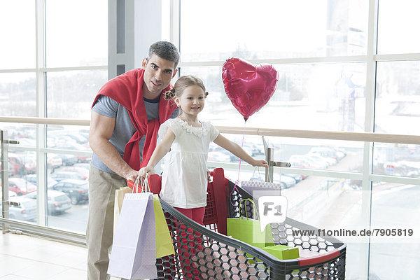 schieben  Menschlicher Vater  Tasche  kaufen  jung  Einkaufswagen  Tochter