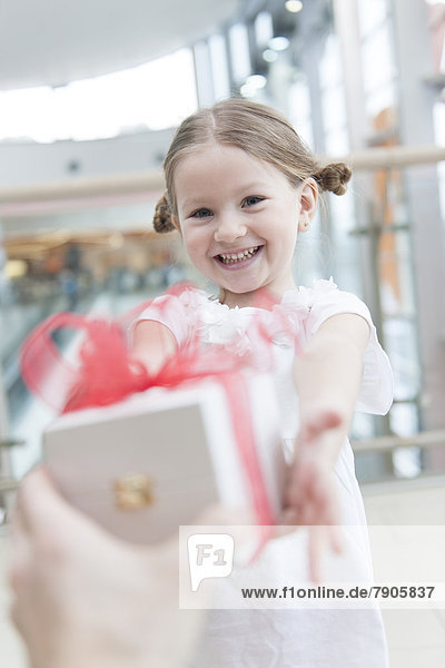 Geschenk geben jung Mädchen