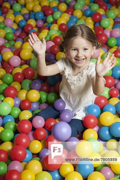 Farbaufnahme  Farbe  werfen  jung  Ball Spielzeug  Mädchen  Zeche