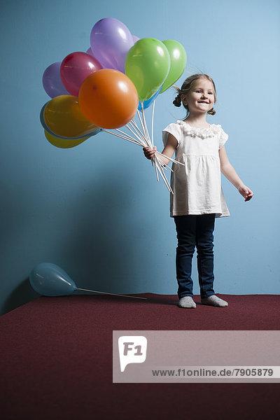 Farbaufnahme  Farbe  halten  Luftballon  Ballon  Bündel  jung  Mädchen