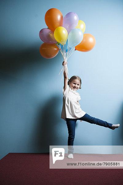 hoch  oben  heben  Luftballon  Ballon  Bündel  simulieren  jung  Mädchen