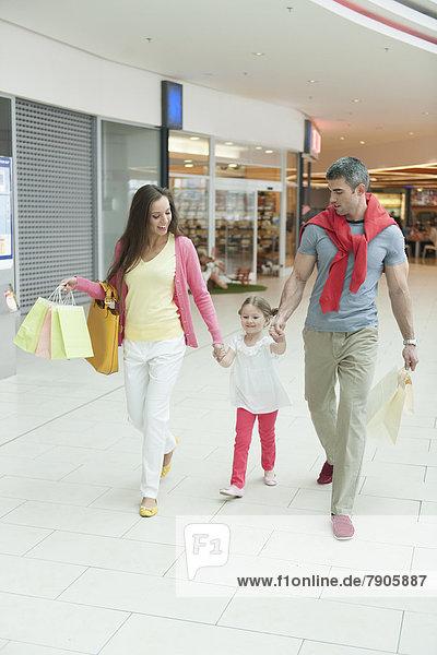 Einkaufszentrum  Menschliche Eltern  halten  kaufen  jung  Mädchen