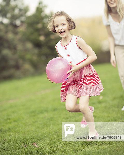 Spiel  Tochter  Ball Spielzeug  Mutter - Mensch