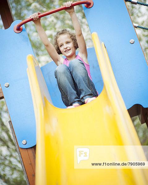 Spielplatz  jung  Mädchen  Rutsche  rutschen
