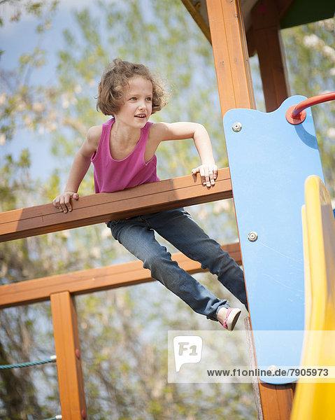 Spielplatz  jung  Kind  Mädchen  klettern
