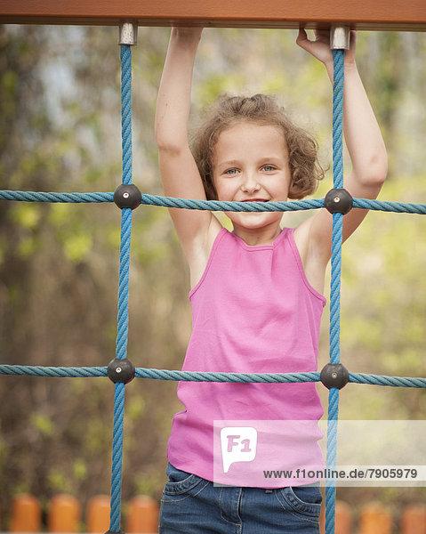 Oberkörperaufnahme  Netz  jung  schießen  Mädchen  klettern